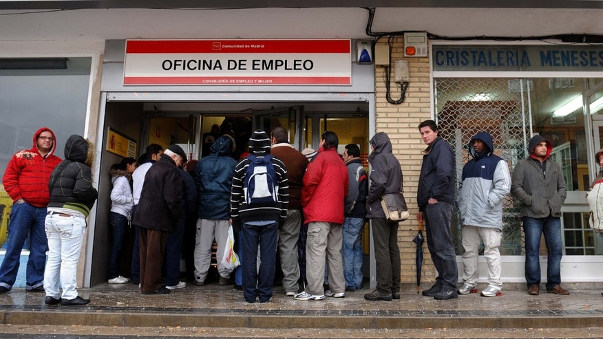 MADRID, SPAIN - FEBRUARY 05:  Unemployed wait in line at a government employment office on February 5, 2009 in Madrid, Spain. With compagnies shedding tens of thousand of jobs due to the fall in of the Spanish property boom, the number of people out of work in Spain has risen to a 12 year high in January with more than 3.3 million out of work, 13% of the Spanish population.  (Photo by Jasper Juinen/Getty Images)