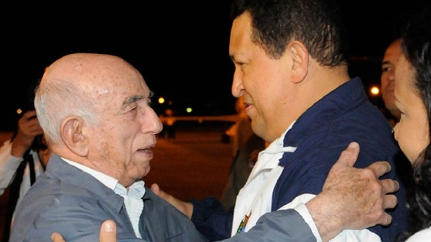 Cuban Vice President José Ramón Machado Ventura greets Hugo Chávez at the airport on Saturday. (CubaDebate)