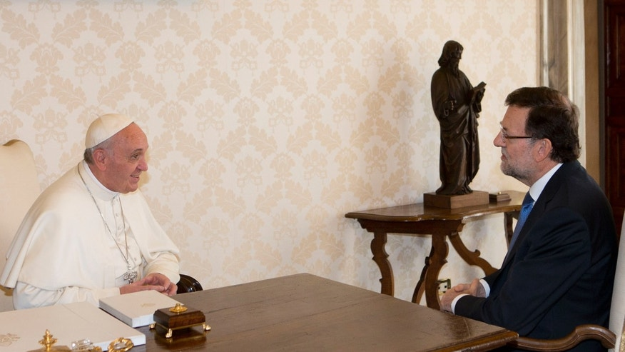 Pope Francis, left, meets Spain's Prime Minister Mariano Rajoy at the Vatican, Monday, April 15, 2013. (AP Photo/Alessandra Tarantino, Pool)