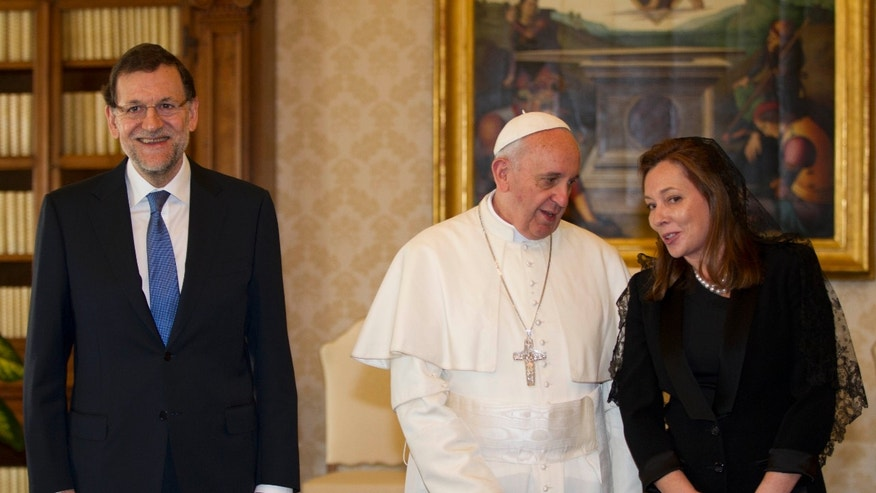 Pope Francis, center, is flanked by Spain's Prime Minister Mariano Rajoy, left, and his wife Elvira Fernandez Balboa during their private audience at Vatican, Monday, April 15, 2013. (AP Photo/Alessandra Tarantino, Pool)
