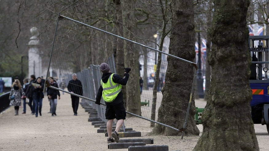 April  18, 2013 - Workers put up fencing in the Mall near Buckingham Palace as preparations begin for the London Marathon. The Marathon will go ahead on Sunday despite security fears in the wake of the bomb blasts in Boston.