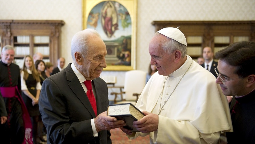 Pope Francis, right, exchanges gifts with Israeli President Shimon Peres on the occasion of their private audience, at the Vatican, Tuesday, April 30, 2013. (AP Photo/Ettore Ferrari, Pool)