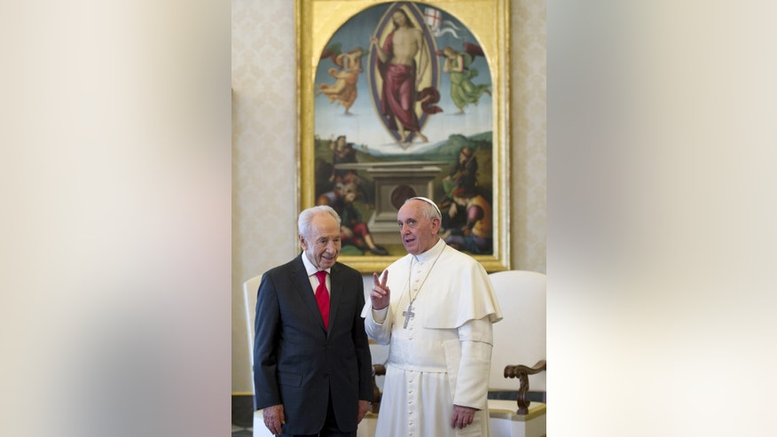 Pope Francis, right, talks to Israeli President Shimon Peres on the occasion of their private audience, at the Vatican, Tuesday, April 30, 2013. (AP Photo/Ettore Ferrari, Pool)