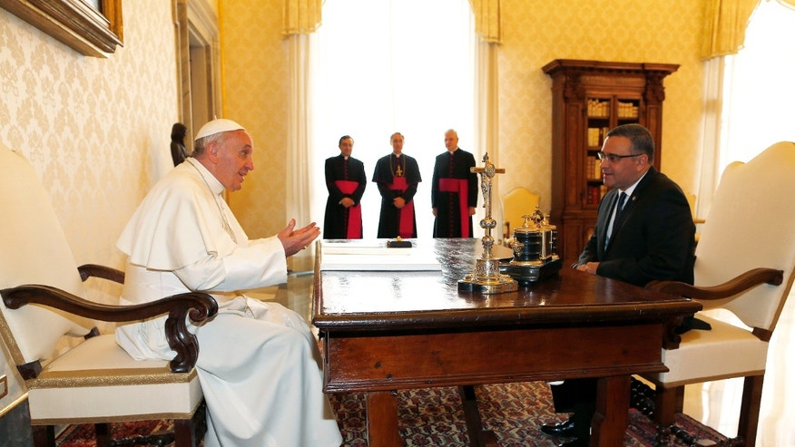 Pope Francis speaks with El Salvador's President Mauricio Funes during a private audience at the Vatican Thursday, May 22, 2013. (AP Photo/Alessandro Bianchi, Pool)