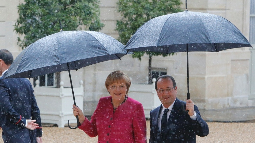French President Francois Hollande, left, arrives with German Chancellor Angela Merkel at the Elysee Palace, Thursday May 30, 2013, at the Elysee palace in Paris.(AP Photo/Jacques Brinon)