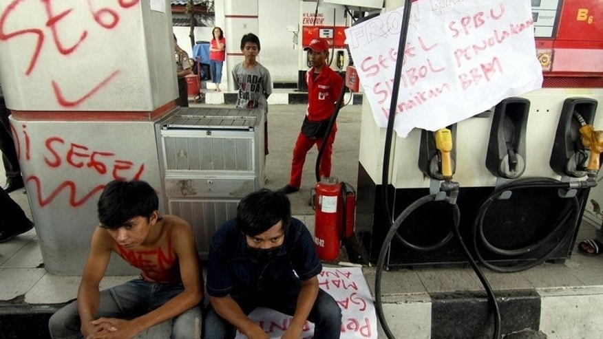 Demonstrators vandalize a gasoline station in Makassar, on Sulawesi island, during a protest against the fuel price hike, on June 17, 2013. Indonesia defied popular anger on Tuesday by pressing ahead with its first fuel price hike since 2008, a day after police fought running battles with thousands outside parliament.