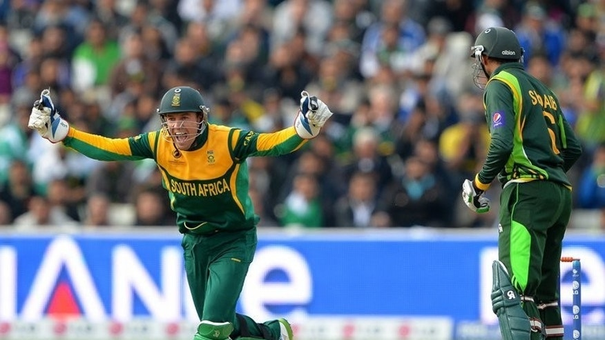 "South Africa's AB de Villiers (L) celebrates after Pakistan's Shoaib Malik was bowled out during the Champions Trophy match on June 10, 2013. ""England will be the favourites because they are playing at home and know the conditions well,"" de Villiers said on Tuesday."