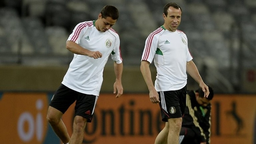 Mexico's forward Javier Hernandez (L) and midfielder Gerardo Torrado during a training session in Belo Horizonte on June 21, 2013. Struggling to keep in the race for a World Cup qualifying berth, Mexico also have an eye on next month's Gold Cup.