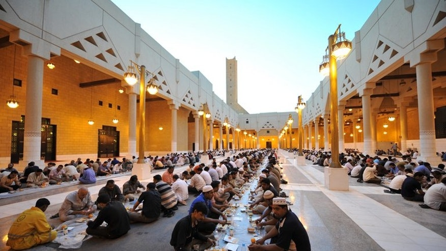 Foreign workers break their fast outside the Imam Turki bin Abdullah mosque in the Saudi capital Riyadh during Ramadan, on August 7, 2012. Yemen has asked the International Organization for Migration to help some 200,000 Yemenis forced to leave Saudi Arabia in the past three months amid a crackdown on undocumented migrants, the IOM said Friday.