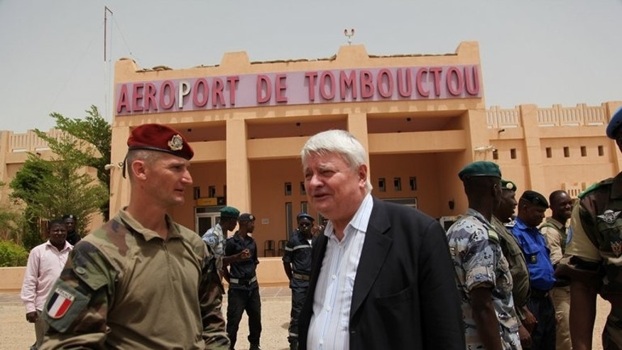 A member of the French army talks to Herve Ladsous (C), United Nations Under-Secretary-General for Peacekeeping Operations during his visit to Timbuktu on June 30, 2013. Campaigning for Mali's watershed July 28 presidential election officially begins on Sunday, with the nation struggling to move on from war and return to desperately-needed constitutional order after an 18-month political crisis.