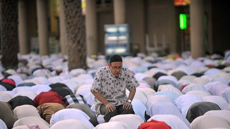 Saudi men and foreigners pray in Riyadh to mark the end of the holy fasting month of Ramadan on August 19, 2012. Saudi Arabia threatened to expel non-Muslim expatriates who eat, drink, or smoke in public during the Muslim fasting month of Ramadan.