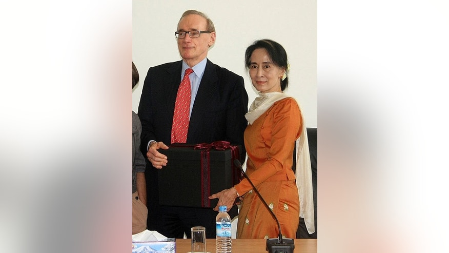Australian Foreign Minister Bob Carr meets with Myanmar democracy leader Aung San Suu Kyi in Naypidaw, on July 10, 2013. Carr has met Myanmar's reformist leaders on a visit aimed at boosting relations with the former junta-ruled nation in reward for sweeping political changes.