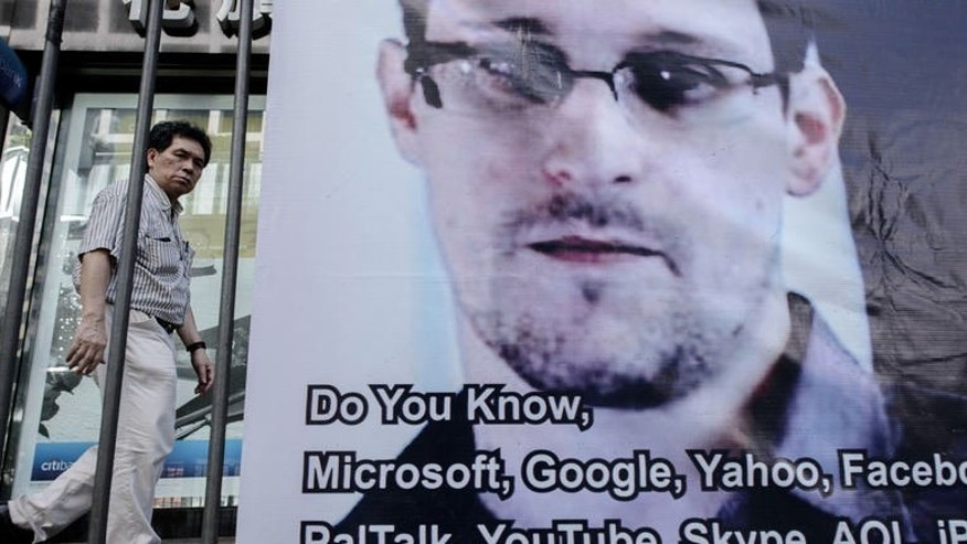 A banner supporting US intelligence leaker Edward Snowden is shown in Hong Kong, June 18, 2013. Fugitive US intelligence leaker Edward Snowden has requested a meeting with leading Russian rights activists and lawyers at the airport in Moscow, campaigners said,as the United States took aim at China for not handing him over