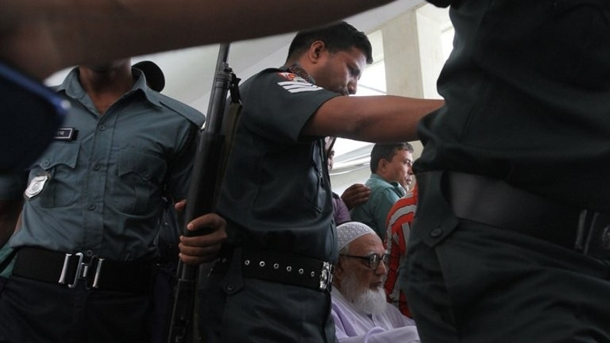 Bangladeshi police escort Ghulam Azam (C), 90, the wartime head of the country's largest Islamic party, Jamaat-e-Islami, and now its spiritual leader from a court in Dhaka, on July 15, 2013, after he was sentenced to serve a 90 year prison term.