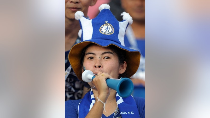Thai Chelsea fans cheer the Premier League giants at Rajamangala Stadium in Bangkok on July 17, 2013. Jose Mourinho's Chelsea are rated as the biggest threat to Manchester United's title defence.