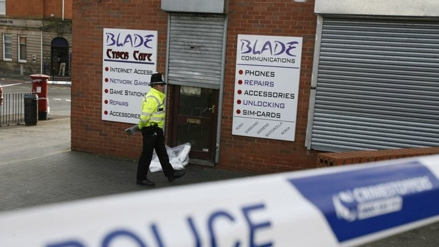 A British police officer stands outside an internet cafe in Birmingham, central England, 31 January 2007. British counter-terror police Saturday arrested a Ukrainian man who is suspected of involvement in bombings at several mosques over the separate murder of an elderly Muslim man.