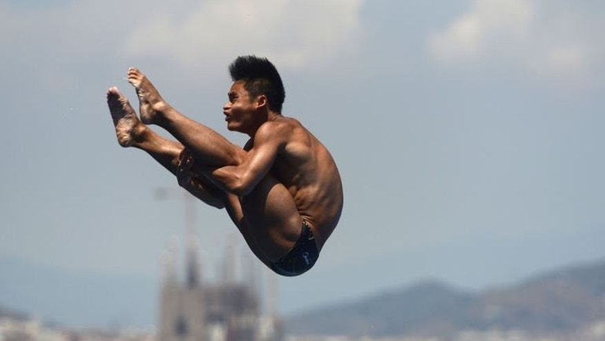China's Li Shixin competes in the men's one-metre springboard final diving event in the FINA World Championships at the Piscina Municipal de Montjuic in Barcelona on July 22, 2013. Li retained his world championship crown in the men's one metre springboard final on Monday.