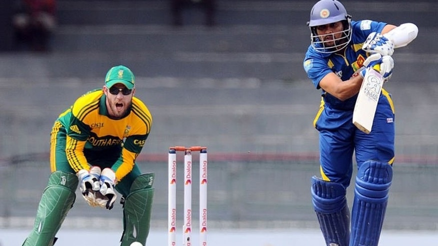 Sri Lanka's Tillakaratne Dilshan bats in front of South African wicket-keeper AB de Villiers in Colombo on July 23, 2013. Sri Lanka's captain Dinesh Chandimal won the toss and elected to bat in the second one-day international at the Premadasa stadium.