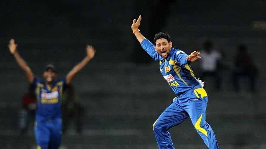 Sri Lankan cricketer Tillakaratne Dilshan (R) celebrates the wicket of South African cricket captain AB de Villiers during the match against South Africa in Colombo on July 23, 2013.