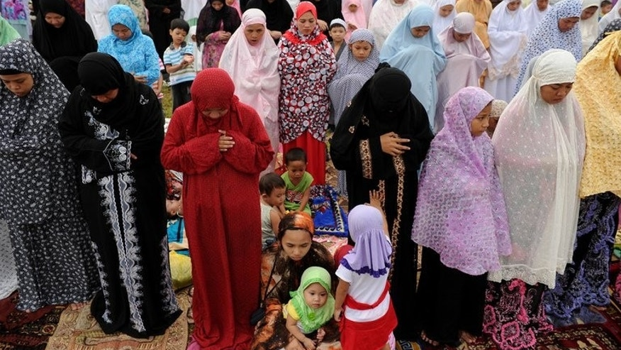 Filipino Muslim women gather to pray in Manila on August 19, 2012. A Philippine government directive for female Muslim teachers to take off their face veils in class is not mandatory nor meant to curtail religious rights, the education minister said Thursday.