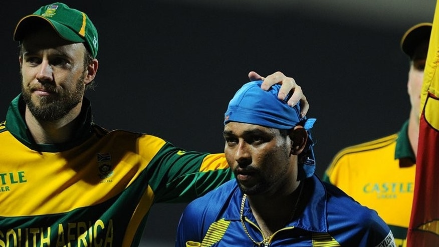 South Africa's team captain AB de Villiers (L) is congratulated by Sri Lanka's Tillakaratne Dilshan, as they leave the pitch after their fourth ODI match at the Pallekele International Cricket Stadium, on July 28, 2013. De Villiers says he wants a win to improve his nation's poor track record in Sri Lanka, where the Proteas have won just two of their 14 completed one-dayers going back to 1993.