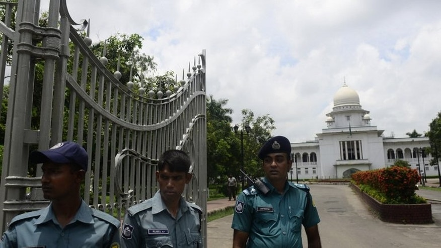 Bangladeshi police stand guard outside the High Court in Dhaka, on August 1, 2013. Bangladesh's main Islamist party has been banned from contesting next year's election after the High Court ruled that Jamaat-e-Islami's charter breached the country's secular constitution.