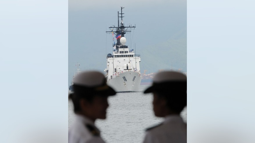Philippine sailors chat as the BRP Ramon Alcaraz, a high-endurance Hamilton-class cutter that had been decomissioned by the US Coast Guard and acquired by Manila, arrives at the former US naval base in Subic Bay, Zambales province, northwest of Manila, on August 6, 2013.