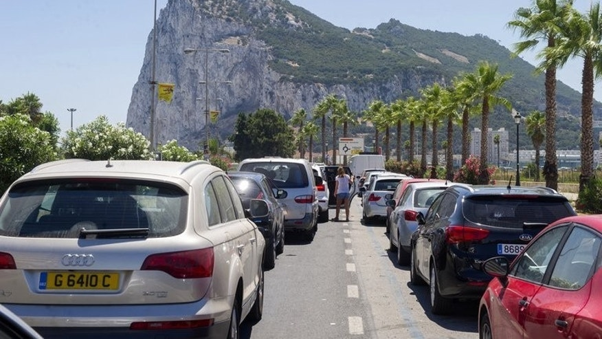 Motorists queue at the border crossing between Spain and Gibraltar in La Linea de la Concepcion on August 7, 2013. Drivers fumed in hours-long queues to cross into the tiny British outpost of Gibraltar from Spain as tensions mounted between Madrid and London over the disputed territory.