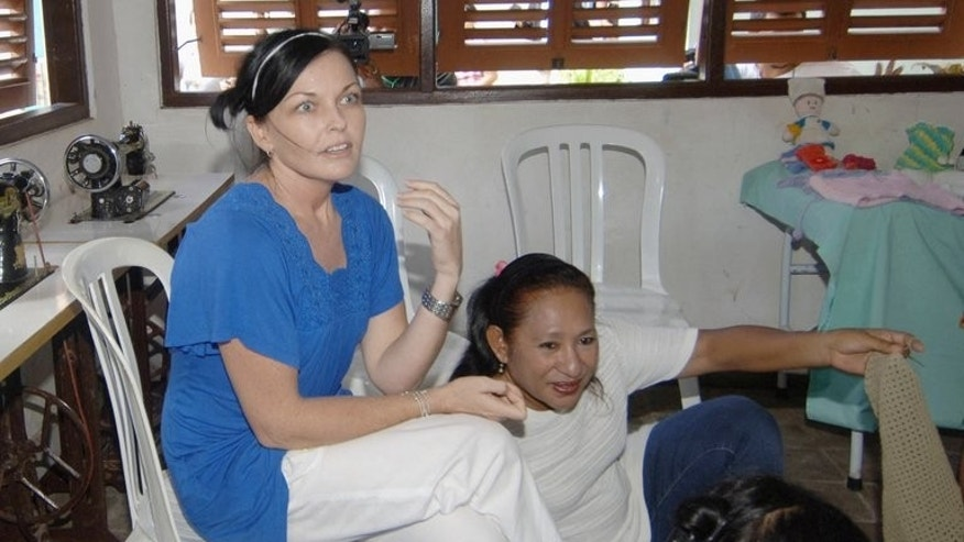 Australian drug trafficker Schapelle Corby (L) sits with other women prisoners inside Kerobokan prison in Denpasar on March 11, 2008. The corrections board on the Indonesian resort island of Bali has recommended Schapelle Corby for parole, an official said Saturday.