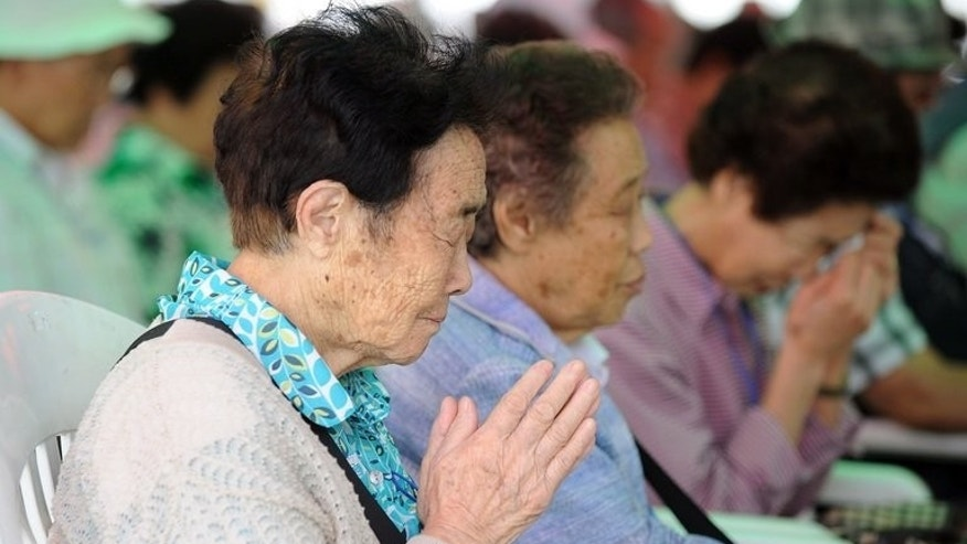 Elderly South Koreans separated from their families during the 1950-53 Korean War pray during a traditional ritual for their deceased relatives at Imjingak peace park in Paju, North Korea, near the inter-Korea border, on September 14, 2010. North Korea said Sunday it has agreed to South Korea's proposal to hold reunions for families separated since the 1950-53 war.