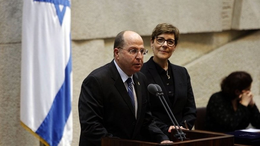 Moshe Yaalon (L) is sworn in as defence minister in Jerusalem on March 18, 2013. Israeli Defence Minister Moshe Yaalon said on Wednesday that the Syrian government had used chemical weapons, backing opposition claims of multiple deadly strikes around Damascus.