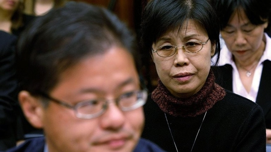 Gao Qin Sheng (R), mother of jailed journalist and dissident Shi Tao, in court with Yahoo Inc CEO on November 6, 2007. Shi was released 15 months before the end of his 10-year sentence, a rights group said.