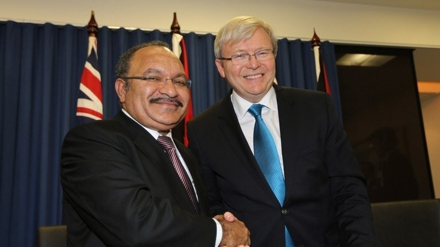 Papua New Guinea's Prime Minister Peter O'Neill (L) with former Australia PM Kevin Rudd, on July 19, 2013. O'Neill urged new PM Tony Abbott to stick with Labor's policy of sending asylum-seekers to PNG for processing, in exchange for foreign aid.