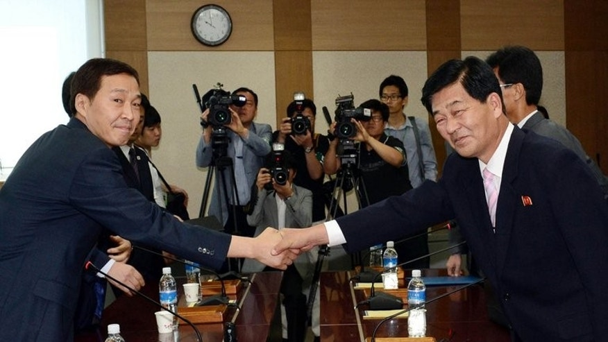 North Korea's chief delegate Pak Chol-Su (R) shakes hands with South Korean counterpart Kim Ki-Woong on September 2, 2013. They first met last week but were unable to reach agreement for the timing of resuming operations at the conflict.