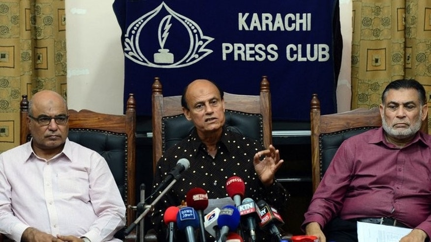 Former Pakistani field hockey player Islahuddin Siddiqui (C) speaks during a news conference in Karachi on September 10, 2013.