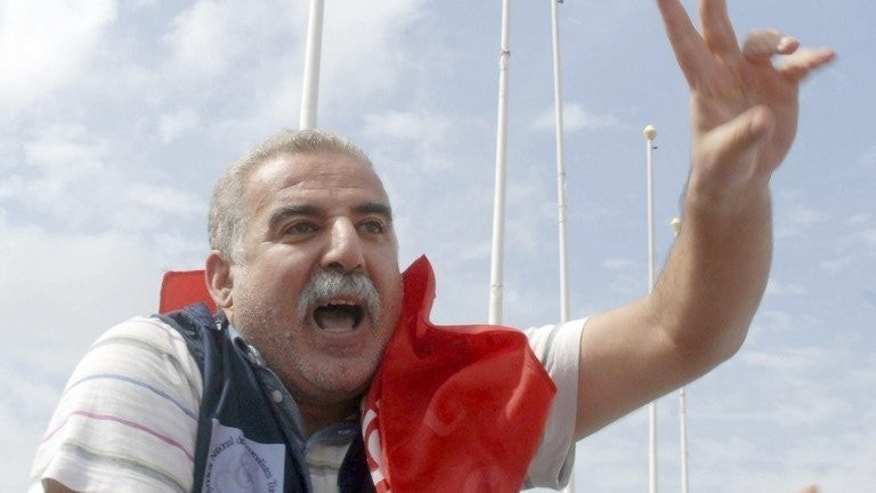 Tunisian journalist, Zied el-Heni flashes the sign of victory as he is carried on his supporters' shoulders after his release in Tunis on September 16, 2013.