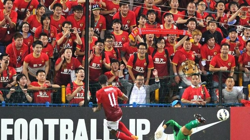 China's Guangzhou Evergrande midfielder Muriqui (L) scores a goal against Japan's Kashiwa Reysol during the AFC Champions League semi-final first leg at Hitachi Kashiwa Stadium in Kashiwa on September 25, 2013