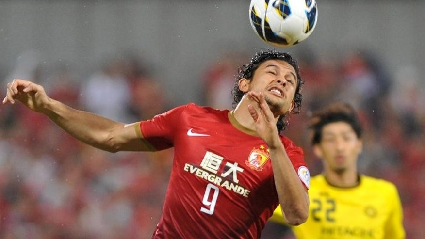 China's Guangzhou Evergrande midfielder Elkeson (L) keeps the ball from Japan's Kashiwa Reysol during the AFC Champions League semi-final first leg at Hitachi Kashiwa Stadium in Kashiwa on September 25, 2013