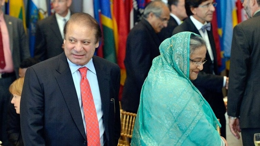 Pakistan Prime Minister Nawaz Sharif (L) walks past Bangladesh Prime Minister Sheikh Hasina at the UN in New York on September 24, 2013.