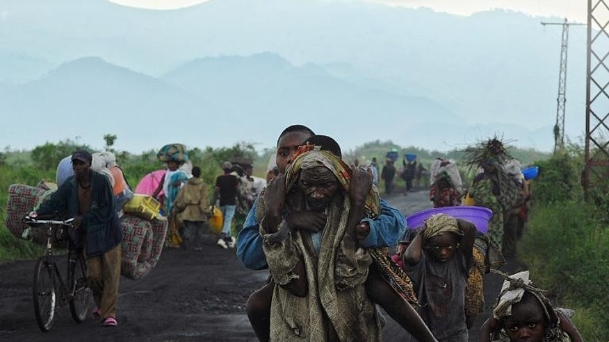Congolese people flee from Sake on November 23, 2012 to escape a rebel advance in eastern Democratic Republic of Congo