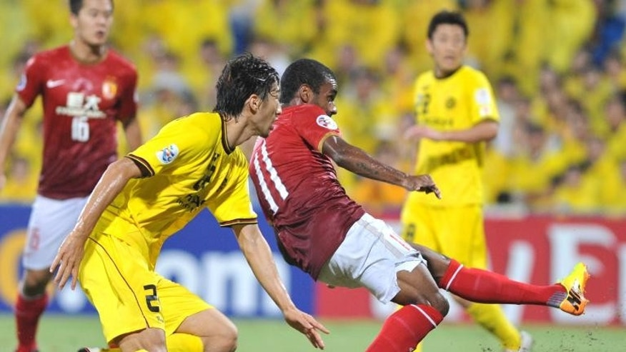 Guangzhou Evergrande midfielder Muriqui (R) during the match against Kashiwa Reysol in Kashiwa on September 25, 2013.