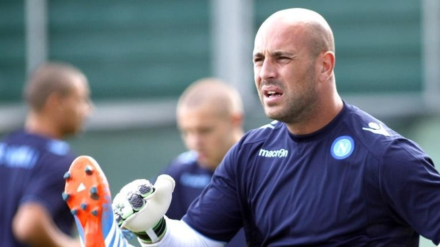 Napoli's Spaniard goalkeeper Pepe Reina stretches during a training session on September 17, 2013