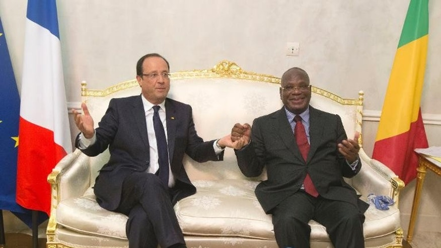 France's President Francois Hollande (L) and Mali's new president Ibrahim Boubacar Keita pose for photographers at Bamako airport on September 19, 2013