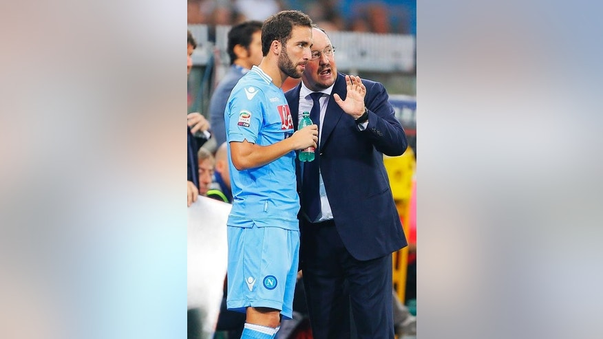 Napoli coach Rafael Benitez speaks with Gonzalo Higuain during the Serie A match against Genoa in Genoa on September 28, 2013