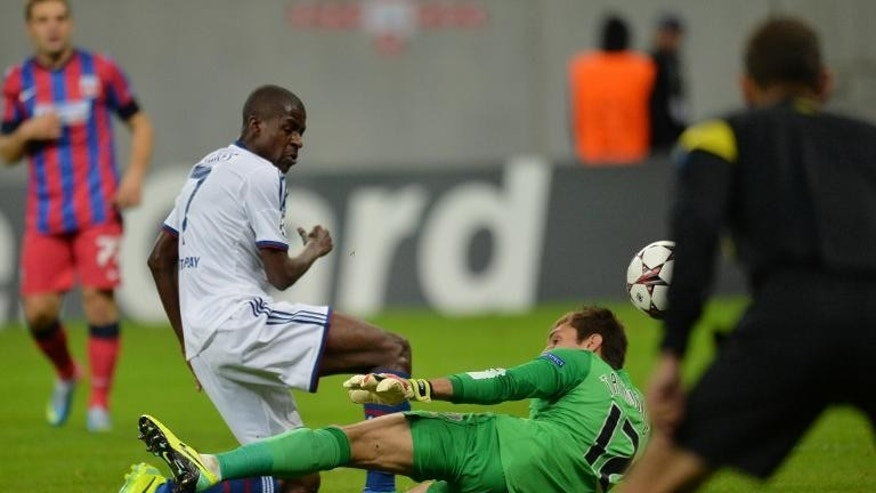 Chelsea's Brazilian midfielder Ramires scores past Bucharest's goalkeeper Ciprian Tatarusanu (R) at National Arena Stadium in Bucharest, Romania on October 1, 2013
