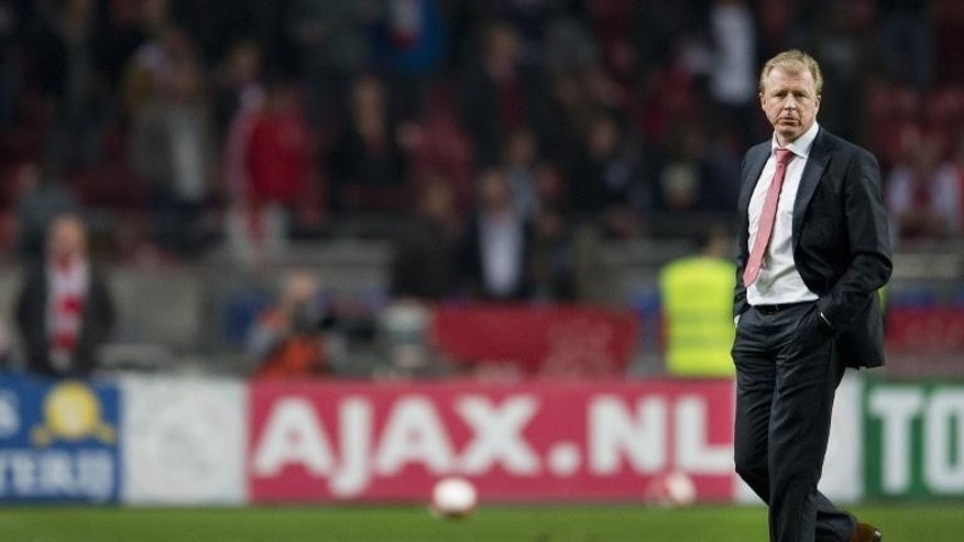 FC Twente's coach Steve McClaren looks on during a Dutch Eredivisie football match against Ajax Amsterdam in Amsterdam on September 29, 2012