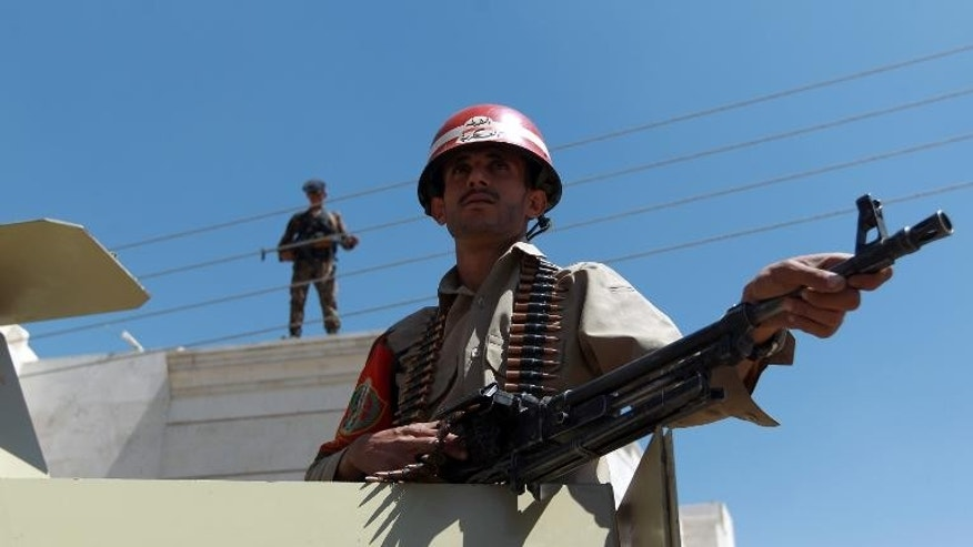 Yemeni soldiers stand guard outside the courthouse in Sanaa, on October 2, 2013