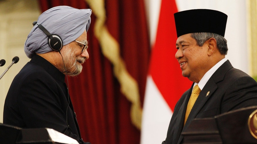 Indonesian President Susilo Bambang Yudhoyono, right, and Indian Prime Minister Manmohan Singh shake hands after their joint press conference at Merdeka Palace in Jakarta, Indonesia, Friday, Oct. 11, 2013. (AP Photo/Achmad Ibrahim)