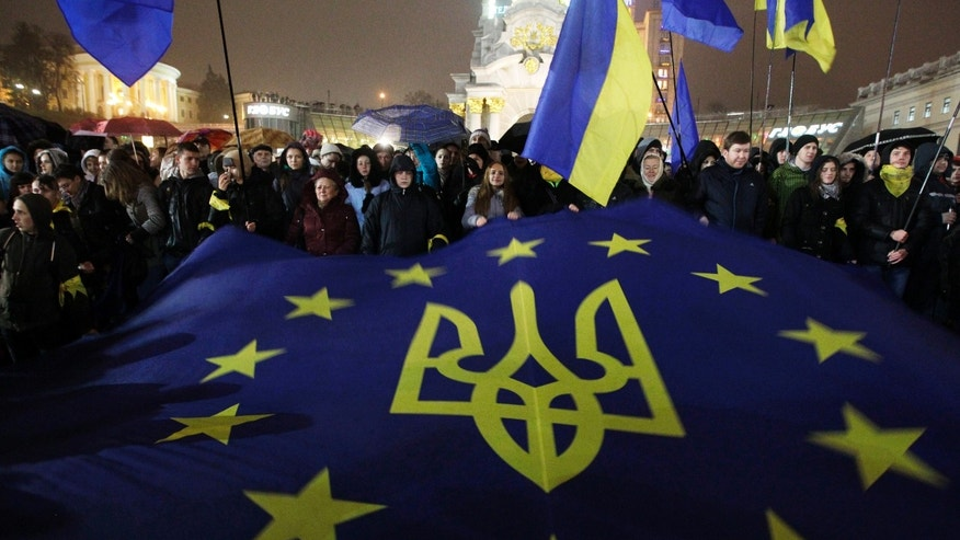 Activists rally in the center of Kiev, Ukraine, in support of Ukraine's integration with the European Union in Kiev, Ukraine, Friday, Nov. 22, 2013. (AP Photo/Sergei Chuzavkov)