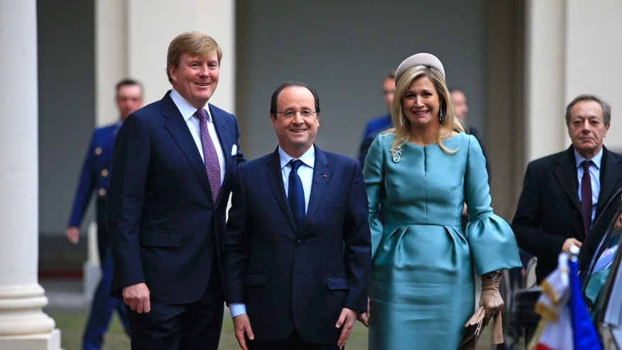 French President Francois Hollande, centre,  poses for a photo with Dutch King Willem-Alexander and Queen Maxima upon his arrival at royal palace Noordeinde in The Hague, Netherlands, Monday Jan. 20, 2014. (AP Photo/Peter Dejong, Pool)